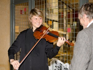 """Musician Sara Pajunen playing the violin during the opening of the """"Juhla!"""" exhibition."""