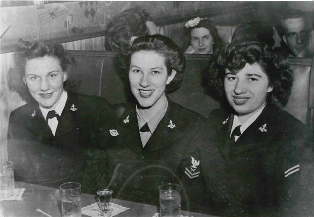 Phyllis Cohen (left) in Washington D.C., 1945